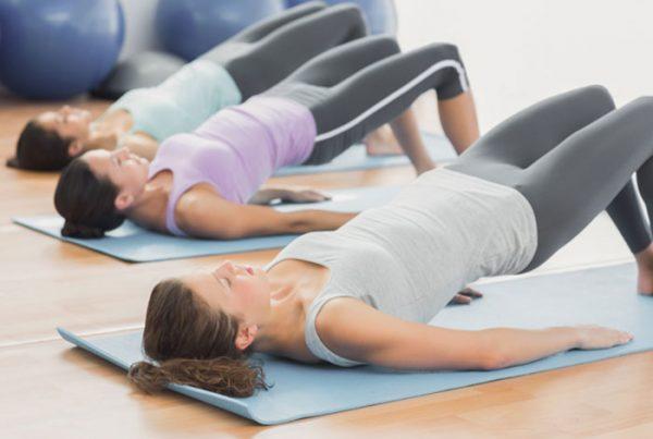 Frauen im Fitnesskurs Beckenboden