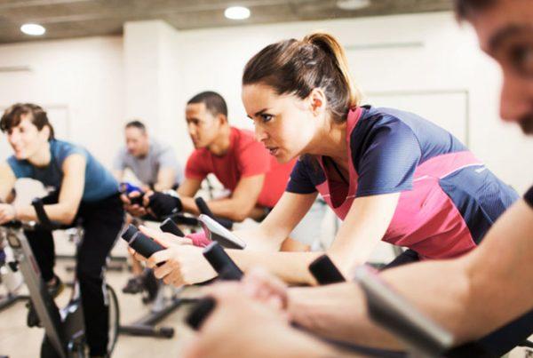 Indoor Cycling der Gruppenkurs auf dem Fahrrad