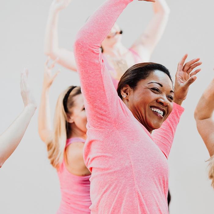 Frau tanzt im Gruppenkurs zumba für ihre Fitness