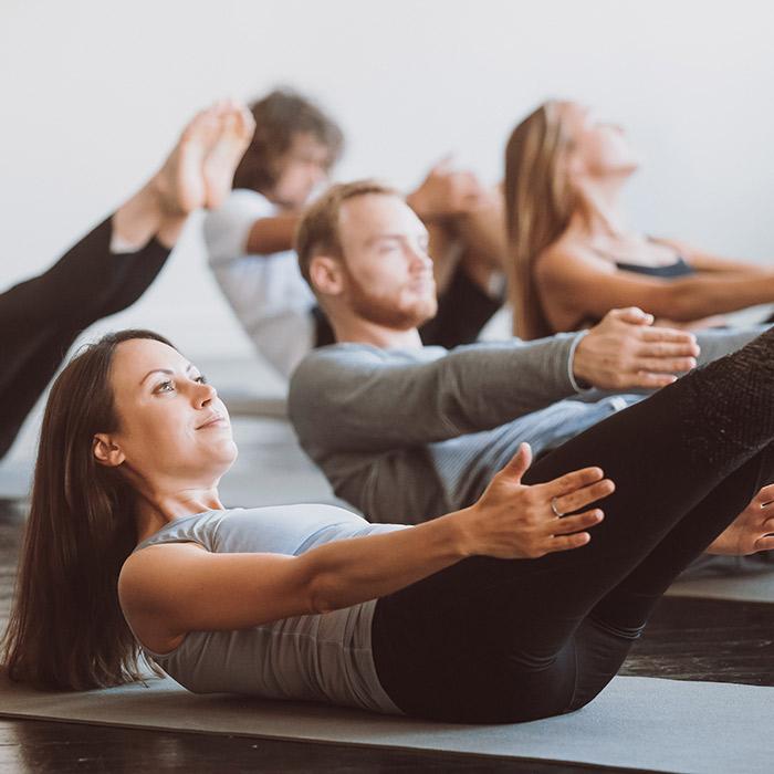 Im Gruppenkurs Pilates gemeinsam die Figur trainieren