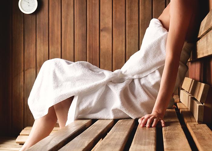 Frau entspannt in der Sauna im Rückgrat