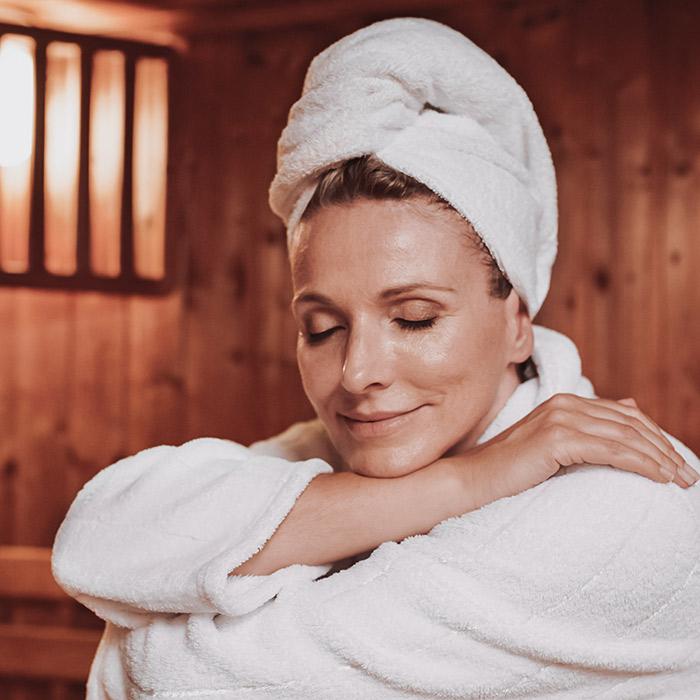 schöne Frau entspannt in der Sauna