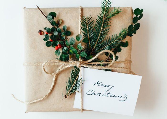 Nachhaltige Geschenkdekoration mit Tannenzweigen