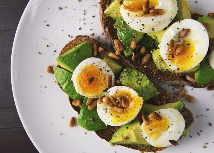 Ernährungsempfehlungen - Vollkornbrot mit Avocado und Ei