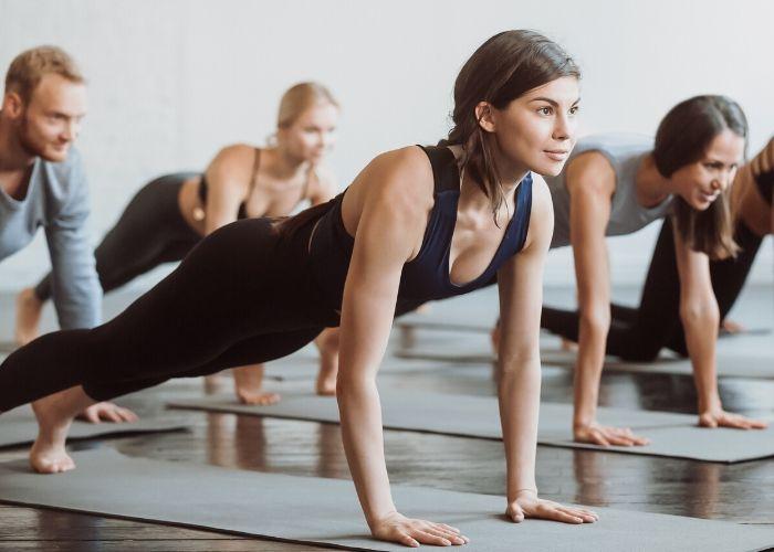 Frau im Pilateskurs
