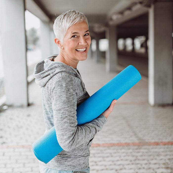 Frau besucht die Fitnesskurse im Rückgrat Lörrach
