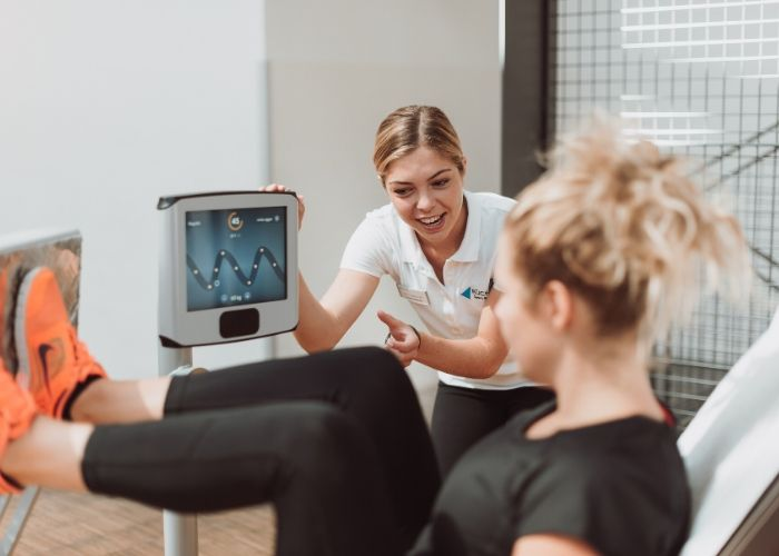 Trainingsbetreuung Trainerin betreut im Fitnessstudio