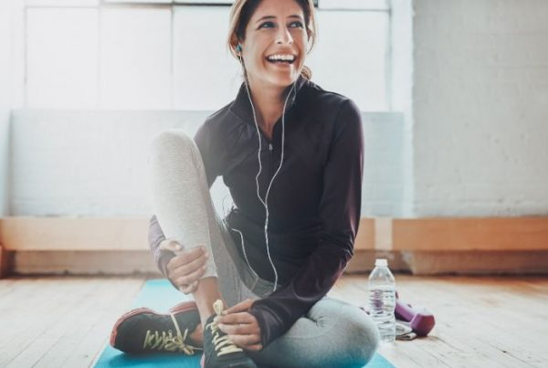 Frau mit Yogamatte beim Training