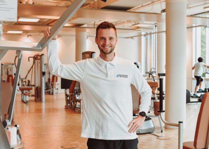 Trainer Matthias im Rückgrat Woman