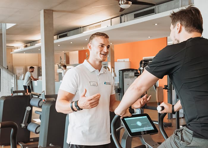 Trainer Jakob coached ein Mitglied im Milon Zirkel
