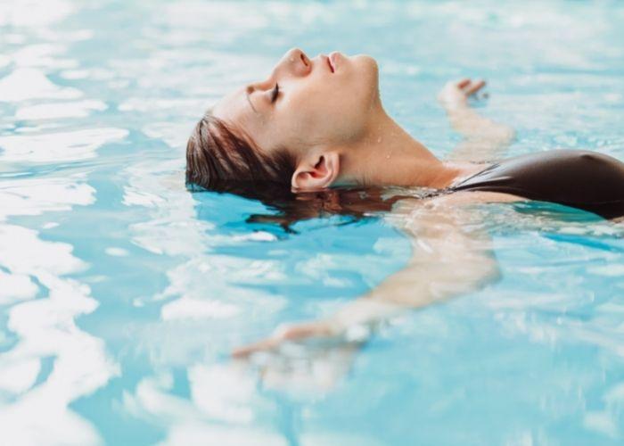 Frau im VERSO Pool in Lörrach